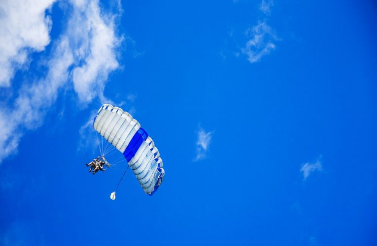 Skok spadochronowy w tandemie – patent na udany wyjazd integracyjny pracowników!